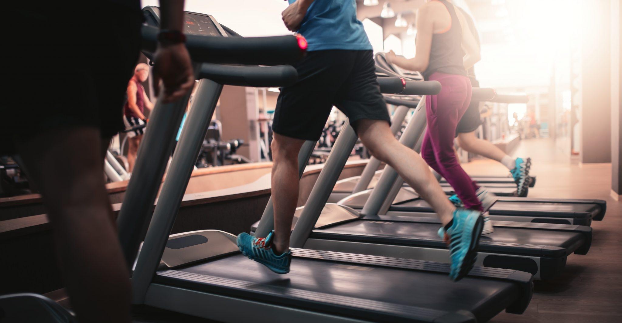 Sportler auf Laufbändern