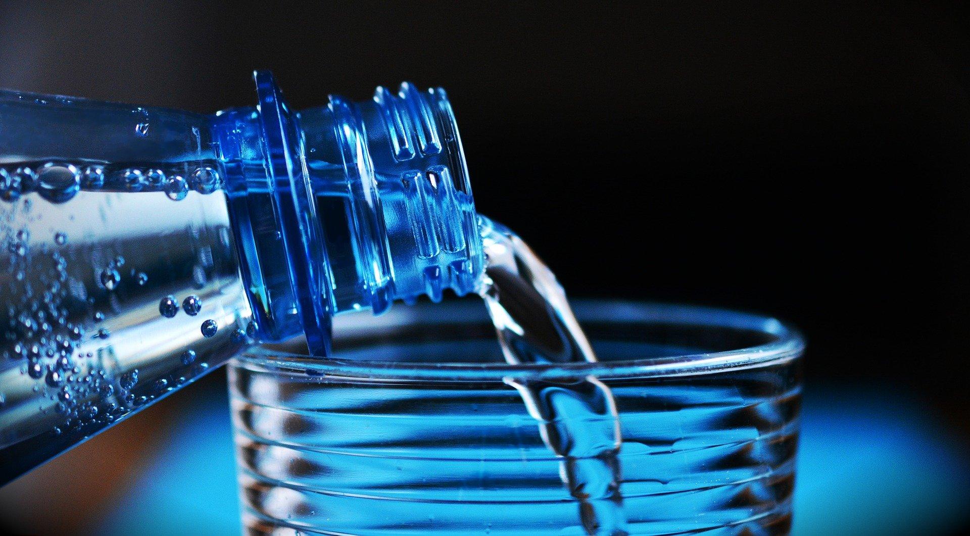 Wasser wird in Glas gegossen