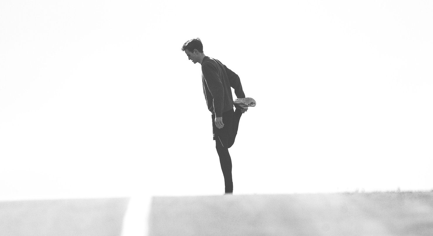 Jogger dehnt Beinstrecker